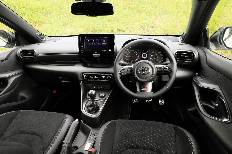 """最上級モデルに相当する「RZ""""ハイパフォーマンス""""」のインテリア。同車には上級オーディオの「8スピーカー(JBLサウンドシステム)+アクティブノイズコントロール」が標準装備される。"""
