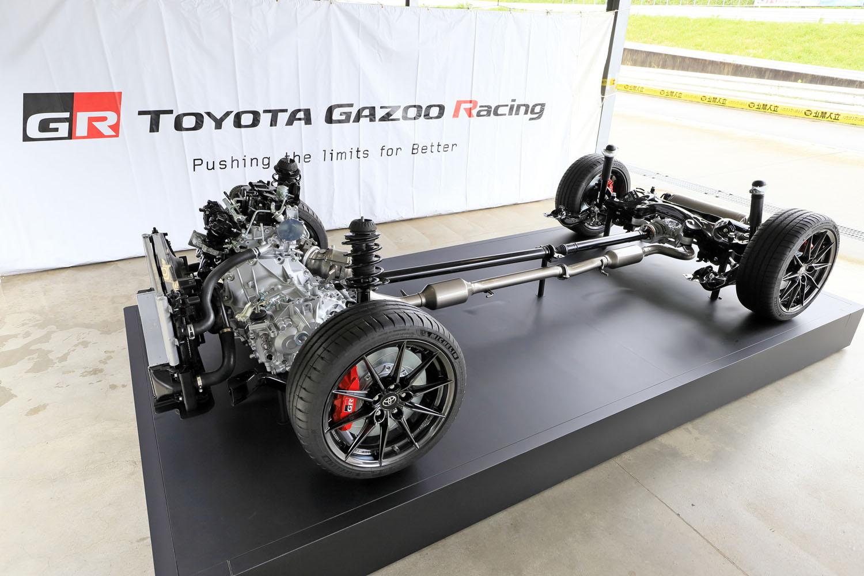"""「GRヤリス」のドライブトレイン。「RZ」「RZ""""ハイパフォーマンス""""」「RC」には、アクティブトルクスプリット式の4WDシステム「GR-FOUR」が採用される。"""