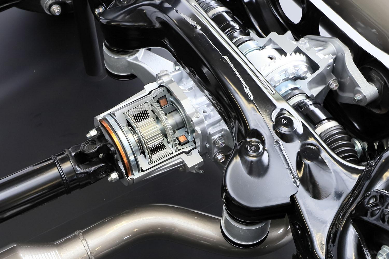 後軸への駆動力伝達を担う、電子制御多板クラッチ。トヨタがスポーツカー向けの4WDシステムを開発したのは、実に20年ぶりのこととなる。