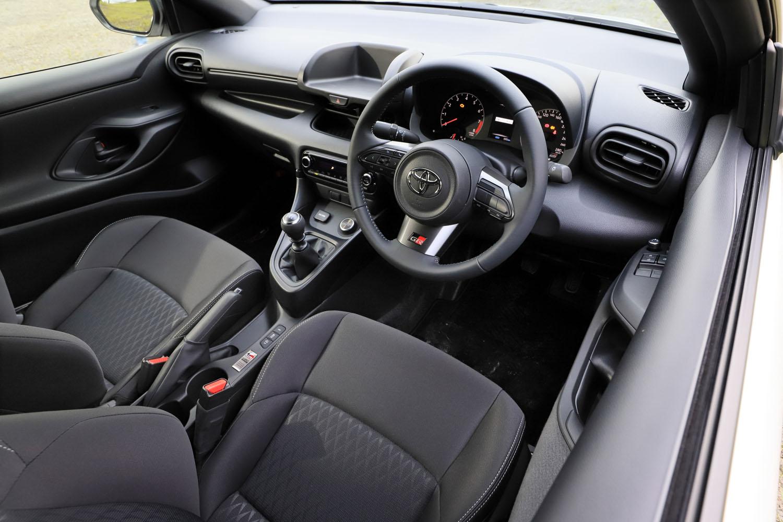 「RC」にはオーディオの設定はなく、エアコンもオプション扱い。シフトノブやサイドブレーキのグリップはウレタン製だが、ステアリングホイールは革巻きである。