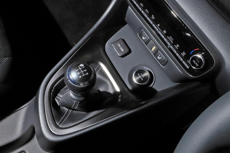 センターコンソールに配されたシフトノブと、ダイヤル式の4WDモード切り替えスイッチ。前後駆動力配分は「ノーマル」モードで6:4、「スポーツ」モードで3:7、「トラック」モードで5:5だ。