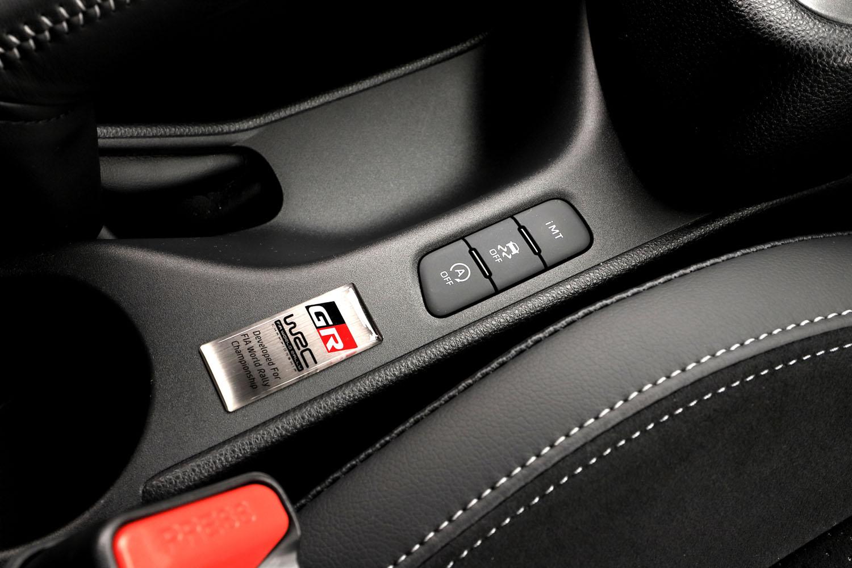 4WD車のVSCにはオン/オフに加え、「エキスパート」と呼ばれる専用モードを設定。4WDモードが「スポーツ」もしくは「トラック」の状態で、VSCオフのスイッチを長押しすると起動する。
