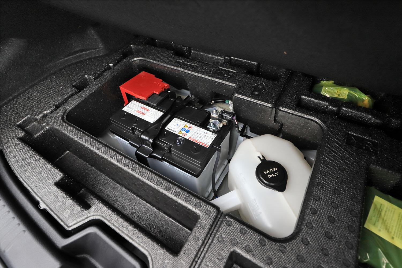 """荷室の床下に搭載されるウオータータンク(写真右)。「RZ""""ハイパフォーマンス""""」のインタークーラーには、水を吹き付けて吸気温度を下げる冷却スプレー機能が装備されている。"""
