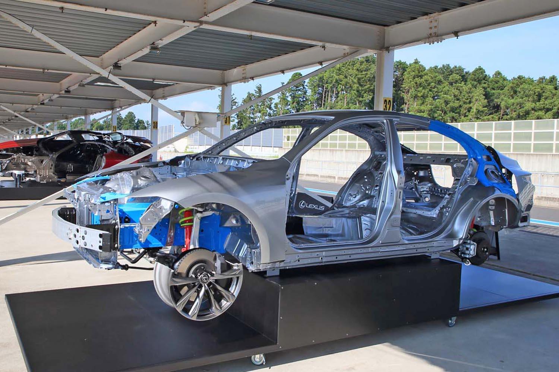 構造接着剤やスポット溶接を見直すことで、重量を増加させることなく剛性を高めた「IS」の車体。ラジエーターサポートサイドやCピラーインナー(写真で青く塗られた部分)は、特に強化が図られたポイントに挙げられる。