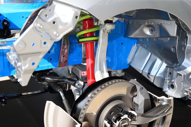足まわりは、ボディーの微小な動きに対しても減衰力を発生させる新ショックアブソーバーを採用。フロントのアッパーアームやコイルスプリングを軽量化するなどして、乗り心地や舵の利きも改善されている。