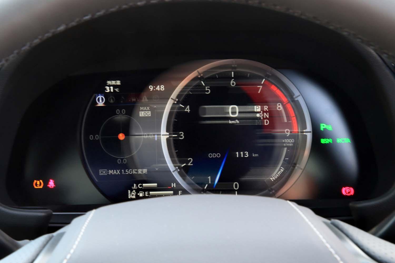 """「IS300""""Fスポーツ""""」の計器盤。中央部がメーターリングごとスライドすることで、表示される情報が切り替わる。"""