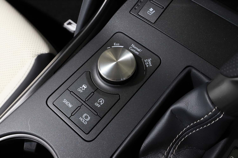 走行モードのセレクターは、シフトレバーの左側にレイアウトされている。写真は「IS300」のもので、ハイブリッド車「IS300h」にはEVモードのスイッチが備わる。