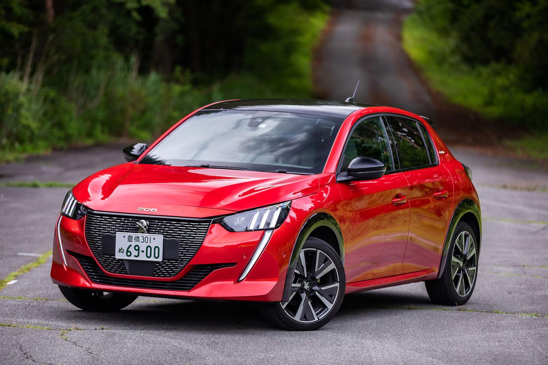 2代目「プジョー208」は、2019年3月のジュネーブモーターショーでデビュー。多くの強豪を押しのけ、欧州カー・オブ・ザ・イヤー2020に輝いている。日本では2020年7月2日に、電気自動車版の「e-208」と同時に発売された。