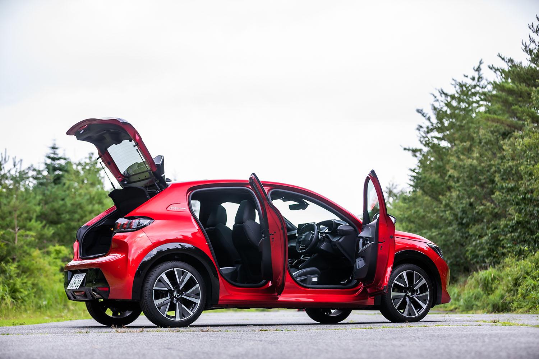 いわゆるBセグメントに位置づけられる5ドアハッチバックの「208」。今回試乗した「GTライン」のボディーサイズは、全長×全幅×全高=4095×1745×1445mm、ホイールベース=2540mm。パノラミックガラスルーフ装着車の車重は1180kgと発表されている。