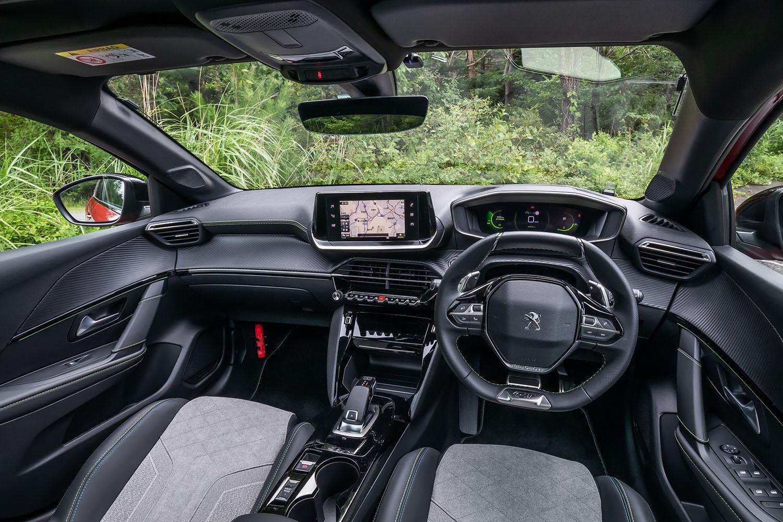 インテリアデザインは、最新のプジョー車に共通する「3D iコックピット」コンセプトで構築。アンビエントランプやアルミ製ペダル、フロントフットウェルランプなど、充実した装備も「208GTライン」の特徴といえる。
