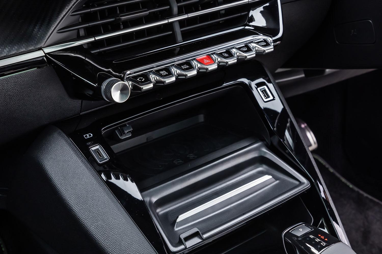 エアコンの吹き出し口下には、トグルスイッチが整然と並ぶ。新世代のプジョー車ではおなじみとなった、インテリアにおける特徴的なディテールのひとつである。「208」では全車にワイヤレススマートフォンチャージャー(写真中央部分)が標準装備されている。