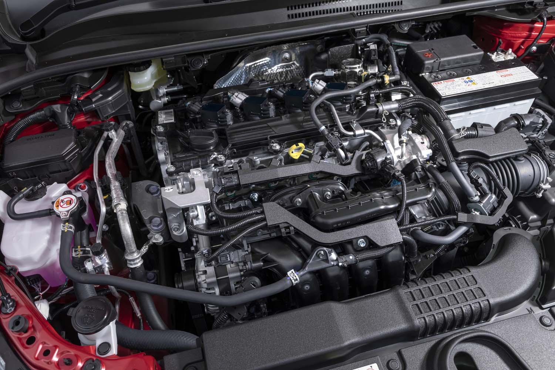 フロントフード下に収まる2リッターダイナミックフォースエンジン。エンジンカバーが備わらないところが「RAV4」や「ハリアー」、そして「レクサスUX」との車格の差かもしれない。