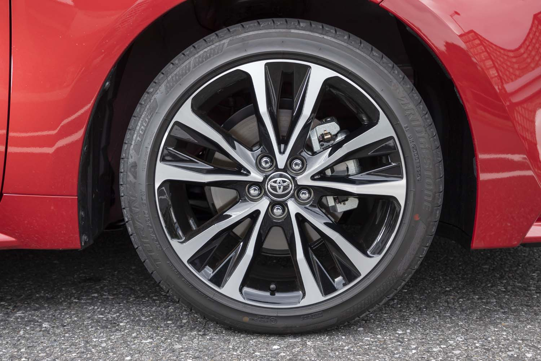 切削加工+ブラック塗装の17インチアルミホイールを装備。タイヤはブリヂストンの「トランザT002」を履いていた。