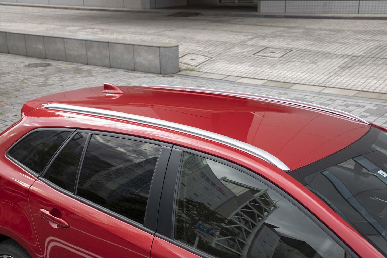 シルバーメタリック塗装のルーフレールが標準装備される。