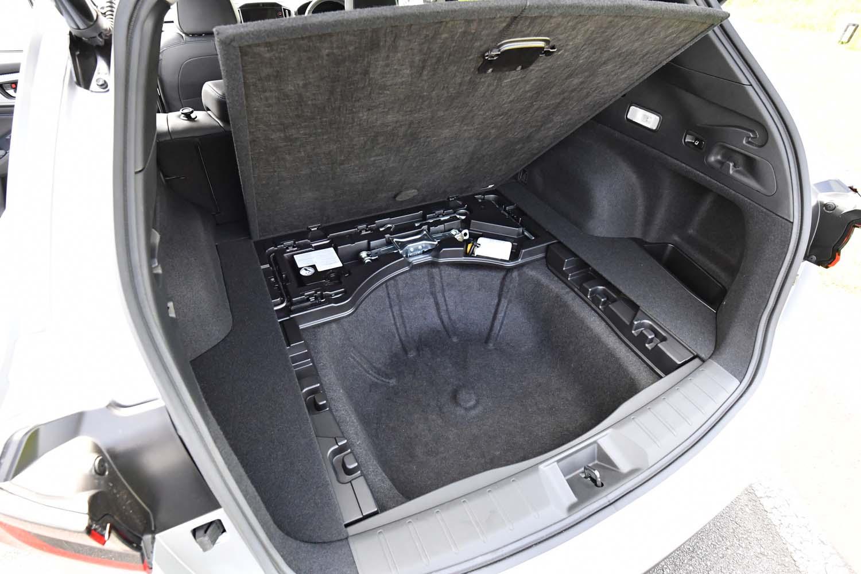 荷室にはフル乗車時でもゴルフバッグを4つ収納可能。床下には、広めの予備収納スペース(容量69リッター)も確保されている。