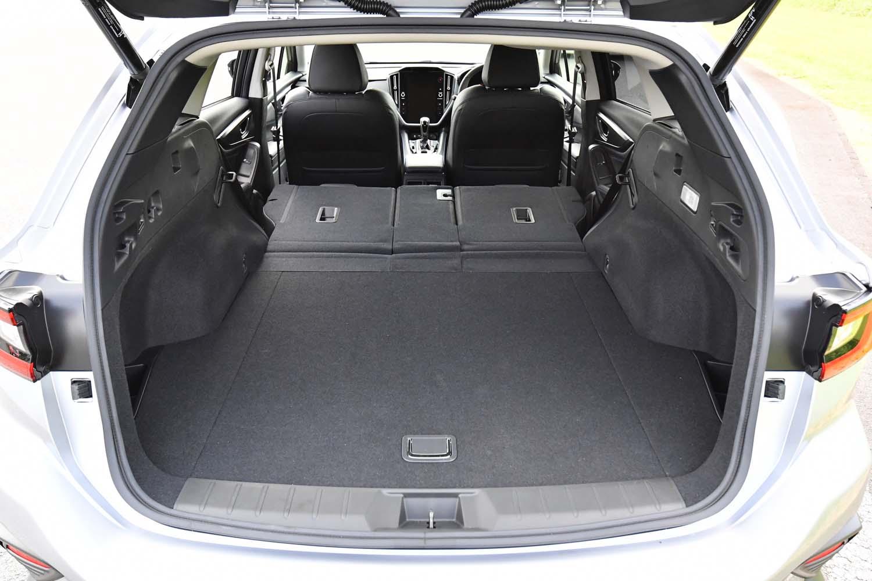 後席の背もたれを倒し、荷室容量を最大化した状態。新型「レヴォーグ」は、後部の六連星エンブレムに手先やひじを近づけるだけでバックドアを開くことができる電動オープン機構が備わる。