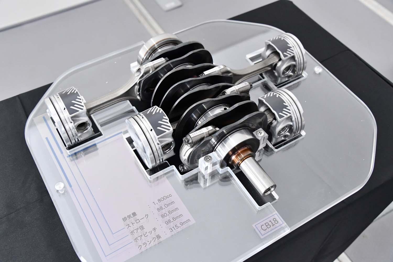 新開発「CB18」ユニットのピストンとコンロッド、クランクシャフト。新型の1.8リッターエンジンは先代の1.6リッターエンジンに比べロングストローク型になっている。