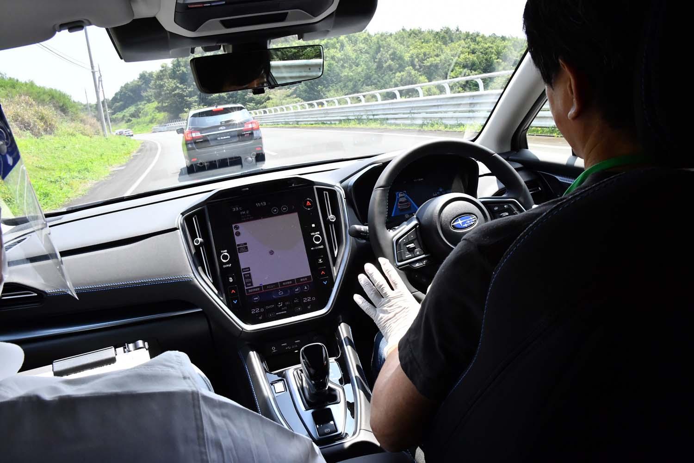 日本自動車研究所(JARI)の周回路で先進運転支援機能「アイサイトX」のテストに臨む筆者。センターモニター上端部にはドライバーの状態を監視するカメラが仕込まれており、サポートが必要と判断された場合には、車両側の制御が介入する。