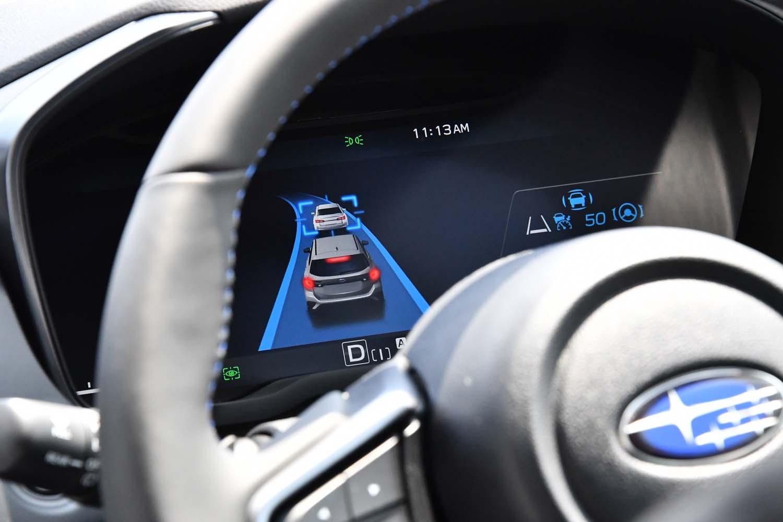 運転支援システムの作動状況は、フル液晶のメーターパネルを介して逐一ドライバーに伝えられる。