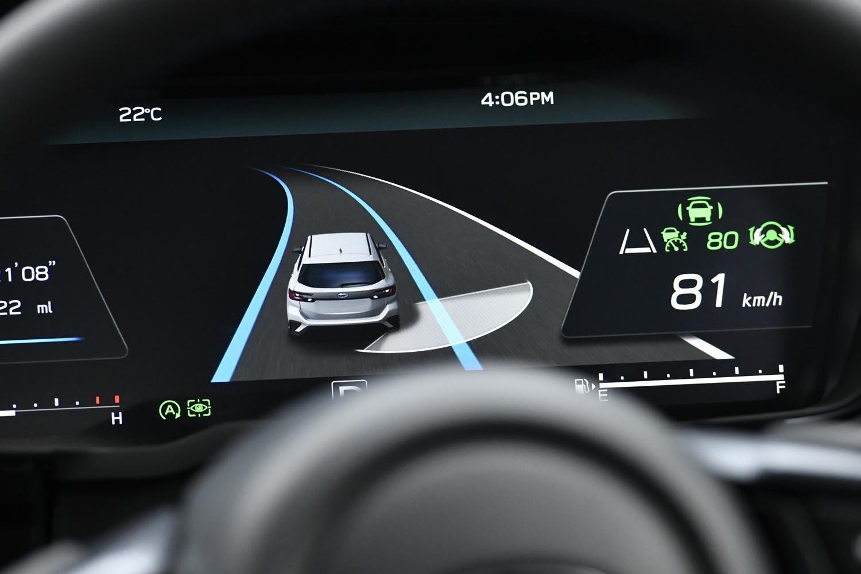 センサー類の強化により、運転支援システムのステアリング制御は大幅に進化した。写真は車両右後方の状況を伝える映像。(写真=スバル)