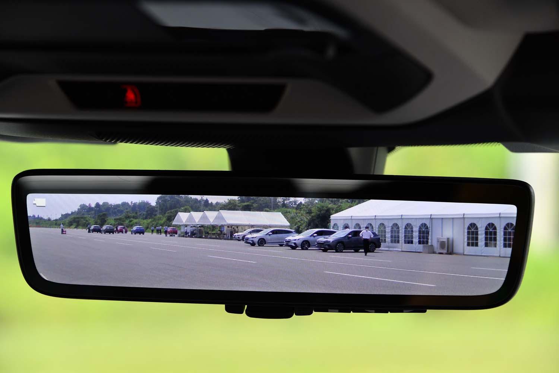 後方の様子をカメラ映像で表示する「スマートリアビューミラー」。一部グレードにオプションとして用意される。