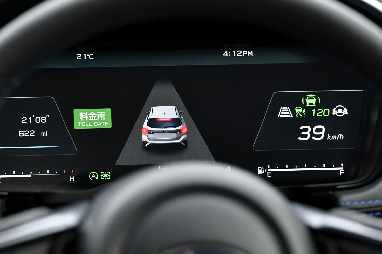 「料金所前速度制御」作動中のメーターパネル。3D高精度マップの情報を活用し、正確なサポートが行われる。(写真=スバル)