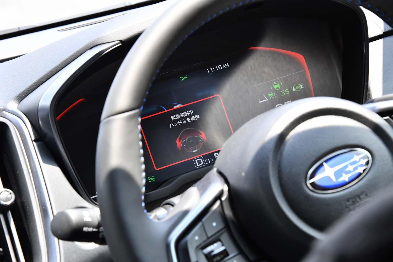 「ドライバー異常時対応システム」が働くとメーターパネルは赤く発光。最終的に、システムは自動で車両を停車へと導き、周囲に緊急事態の発生を告知する。