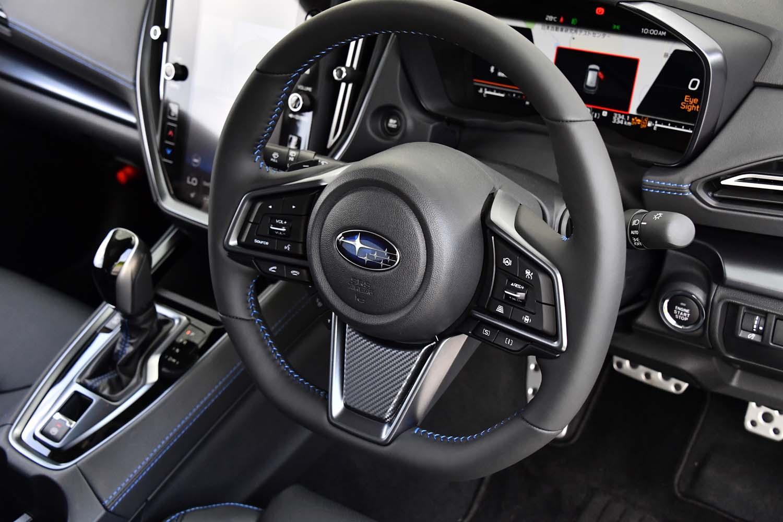ステアリングホイールは下端がフラットなデザインで、全車本革巻きとなる。そのスポーク部には、運転支援システムやオーディオ、「SI-DRIVE」の操作スイッチなどがぎっしり。