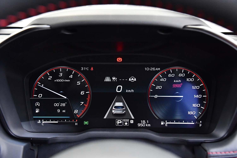 「STI Sport」グレードには、「STI」ロゴの入った専用デザインの計器盤が採用されている。
