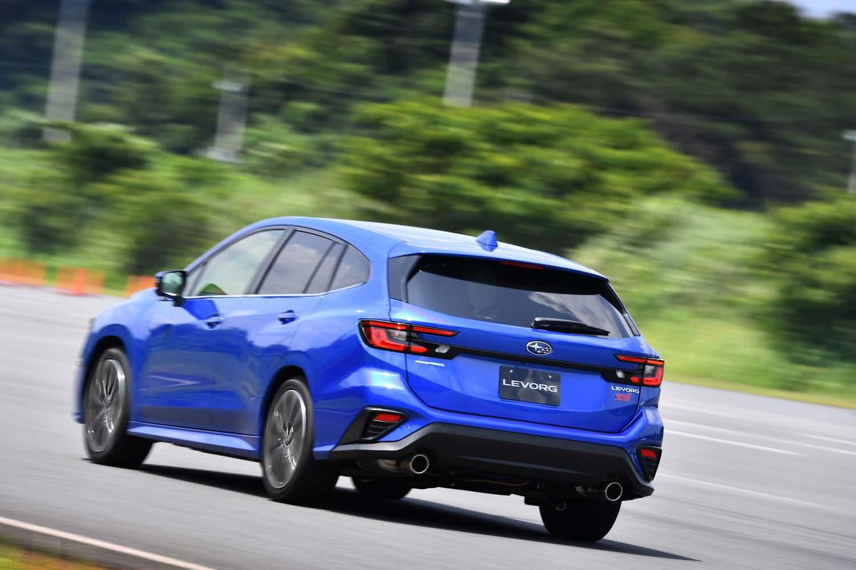 走りだしの0-30km/h加速が12%速まるなど、ピックアップ性の向上が体感できる新型「レヴォーグ」。全車レギュラーガソリン仕様という経済性もユーザーにはうれしいポイントだ。