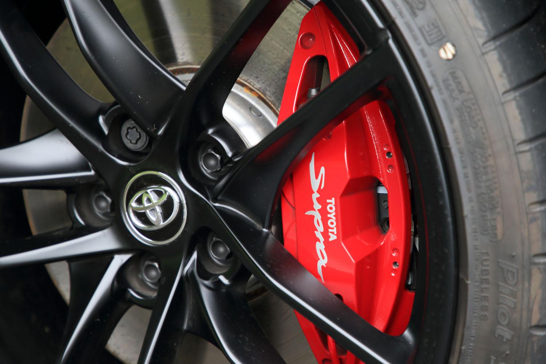 「RZ」のフロントに備わる、ブレンボ製アルミ4ポッド対向キャリパー。今回の改良により車名のロゴが施された。