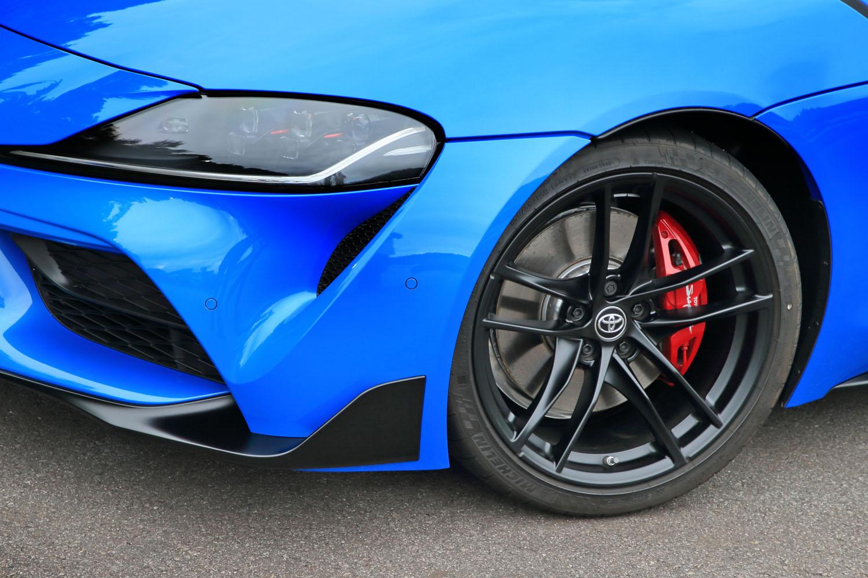 """マットブラック塗装のアルミホイールは特別仕様車「RZ""""ホライズンブルーエディション""""」の専用装備である。"""