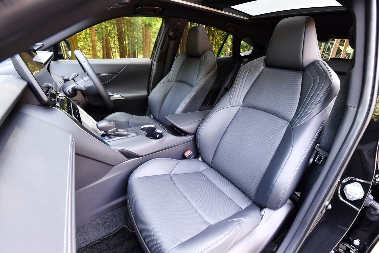 """「ハリアーZ""""レザーパッケージ""""」の本革シート。運転席には8ウェイの、助手席には4ウェイの電動調節機構が備わる。"""