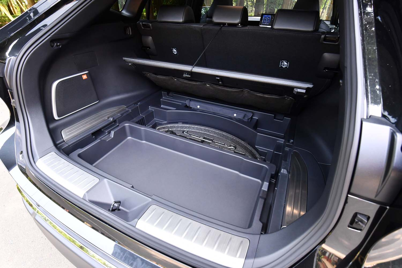 荷室は、フロア下にも予備の収納スペースとスライド式のデッキボックスが用意される。