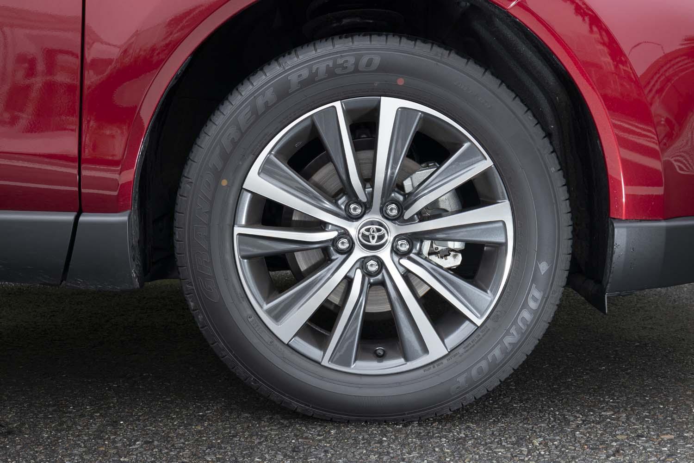 「ハイブリッドG」のホイールサイズは18インチ。ホイールは切削加工とダークグレーメタリック塗装によってツートンカラーに仕立てられる。