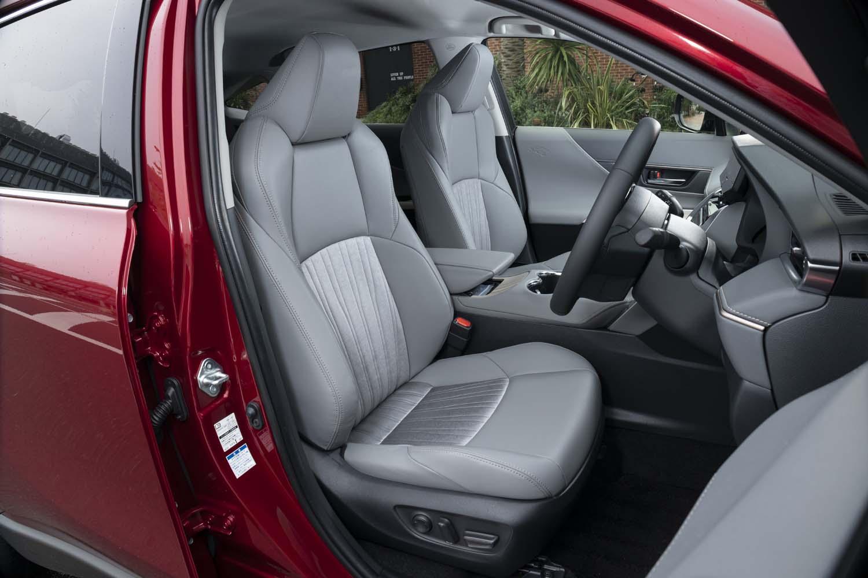 """シートにはファブリックと合皮のコンビ表皮を採用。シートヒーター&ベンチレーション機能は""""レザーパッケージ""""にしか備わらない。"""