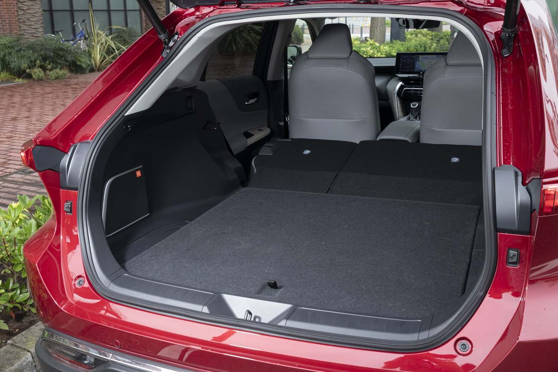 5人乗車時でもゴルフバッグが3つ搭載できるというラゲッジスペース。「ハイブリッドG」にはパワーバックドアが標準装備となる。