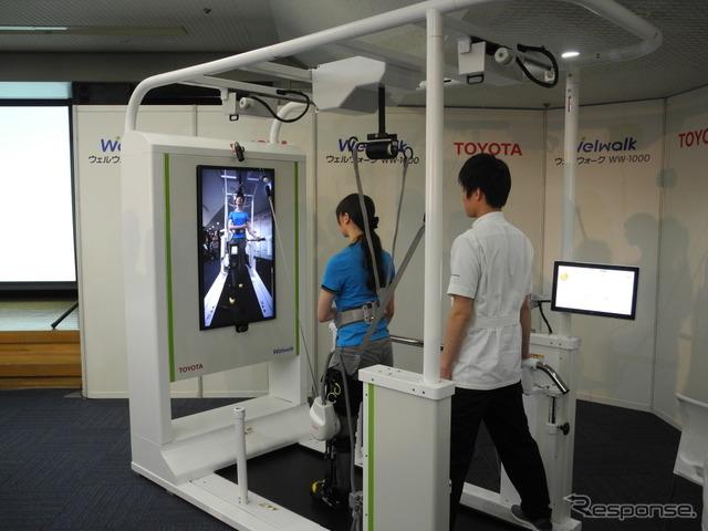 トヨタ自動車がレンタルを開始する歩行訓練ロボット「ウェルウォークWW-1000」