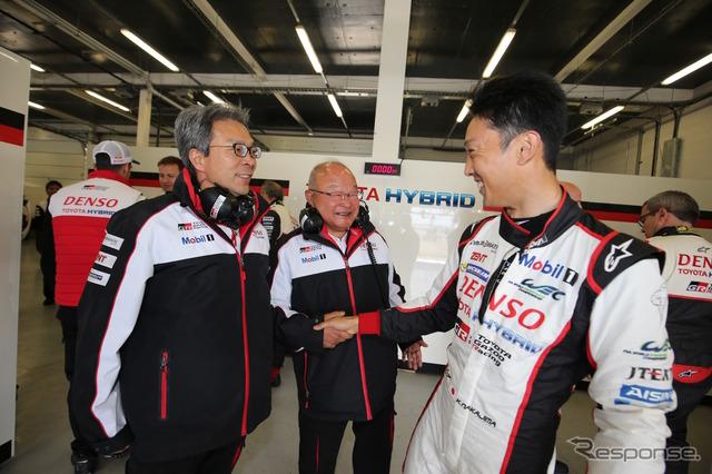 チーム首脳と笑顔で握手する、予選2位の#8 中嶋一貴(右)。