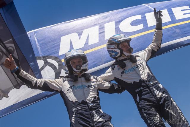 優勝したタナク(右)とコ・ドライバーのM.ヤルヴェオヤ。