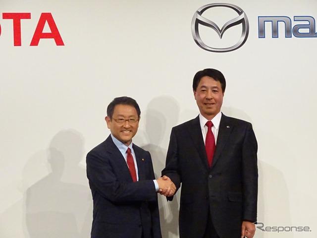 提携を発表した豊田トヨタ社長と小飼マツダ社長(2015年5月)