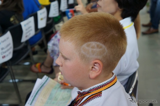 ウクライナのオレクサンドル さん。頭のサイドにトヨタロゴ