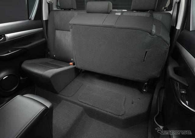 トヨタ ハイラックス Z 6:4分割チップアップリヤシート(片側チップアップ状態)