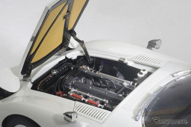 2リットル直6 DOHCエンジンはもちろん、補器類やボンネット裏の点検灯まで忠実に再現