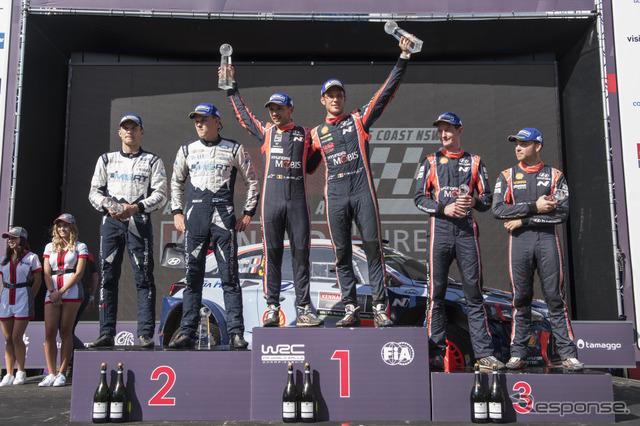 最終戦の表彰式。左から2位タナク組、優勝ヌービル組、3位パッドン組。
