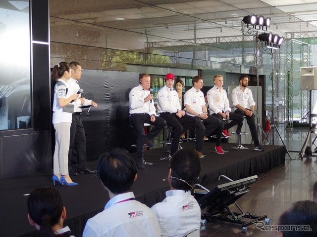 着席の向かって左端がマキネン代表。同右へラトバラ、ひとりおいてミーカ・アンティラ(コドライバー)、ラッピ、ヤンネ・フェルム(コドライバー)