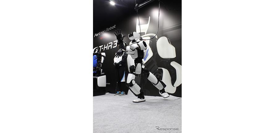 かめはめ波のポーズを決めたT-HR3。