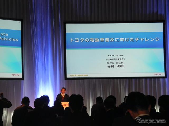 電動車普及に向けたチャレンジについて説明するトヨタ自動車の寺師茂樹副社長