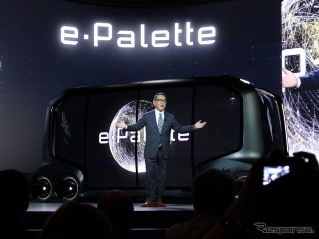 e-パレットをCES 2018で発表する豊田章男社長。