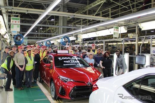 トヨタの米ミシシッピ工場からラインオフした100万台目のカローラ